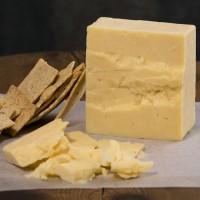 Почему сыр крошится?